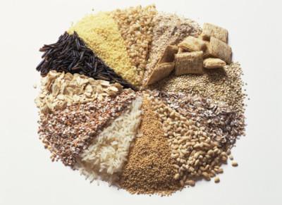 Для снижения кислотности желудочного сока полезны продукты; отруби, кукуруза, коричневый или дикий рис
