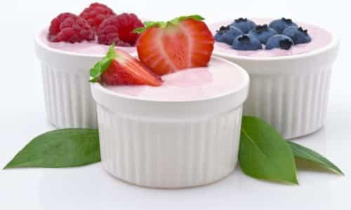 Через 2 месяца после стихания обострения в меню можно вводить йогурт