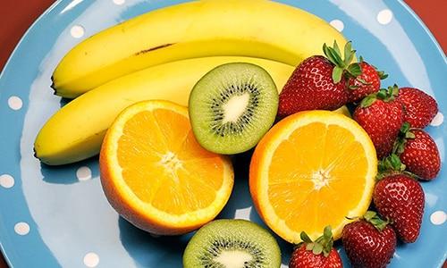 Можно готовить и фруктовые салаты, добавляя в них клубнику, бананы, апельсины и авокадо, они будут полезны при лечебной терапии диффузных изменений поджелудочной железы