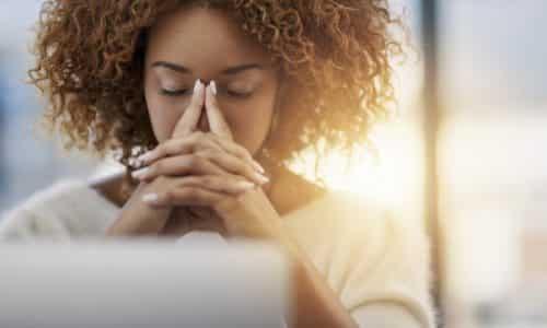 Женщины в период менструации часто наблюдают тошноту и головную боль. От этой головной боли можно избавиться, выпив обезболивающие