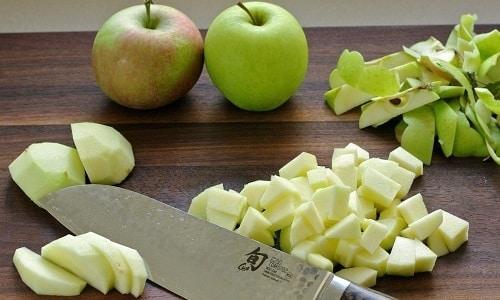 При обострении панкреатита можно употреблять яблоки в небольшом количестве