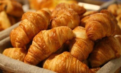 Все продукты, вызывающие запор необходимо исключить из повседневной пищи. К ним относятся выпечка из белой муки
