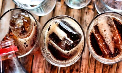 Устранить отрыжку можно с помощью отказа от газированных напитков и еды содержащей воздух
