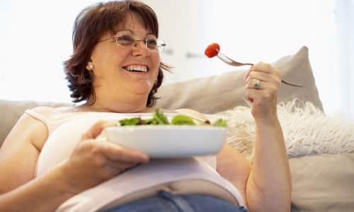 После еды не рекомендуется ложиться сразу спать или занимать горизонтальное положение, это может спровоцировать изжогу
