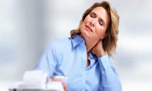 При шейной мигрени пациент ощущает боль, начинающуюся в основании шеи и распространяющуюся на половину головы