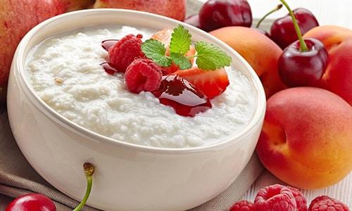 Чтобы компенсировать недостаток питательных компонентов, в блюдо добавляют мед, ягоды, фрукты