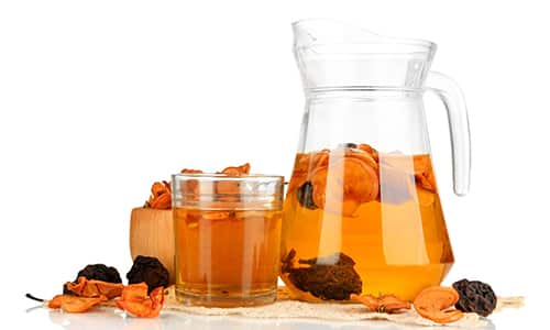 Компот утоляет жажду, насыщает организм полезными веществами, для его приготовления используйте не только курагу, но и другие фрукты