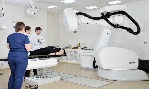 Облучение выполняется наружным методом, подразумевающим применение фиксированных доз радиации ежедневно в течение 1,5 месяца