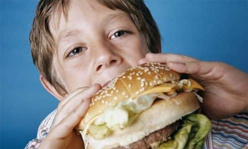 Когда родители отдают предпочтение жирной пищи и пищи быстрого приготовления, это накладывает свой отпечаток на предрасположенность к хроническому гастриту