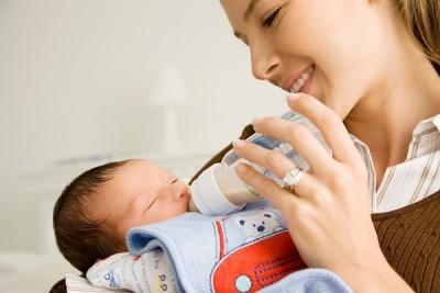 При искусственном кормлении рекомендуется тщательно выбирать молочную смесь
