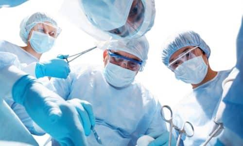В случае тяжелого приступа, угрожающего жизни человека, проводится экстренное хирургическое вмешательство