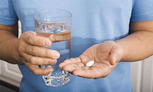 Пилюли Панзинорм 20000 необходимо заглатывать полностью, не пережевывая, запивая водой