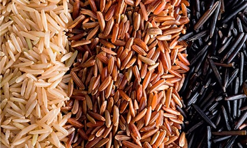 Полноценный набор микроэлементов содержит и сохраняет после термической обработки нешлифованный бурый рис, а также дикий и черный, но эти сорта включают в меню с разрешения врача