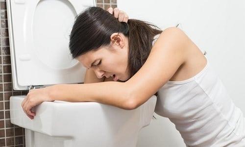 Одна из причин недостатка жидкости в организме - это рвота