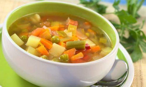 При запорах в обед нужно есть суп на овощном бульоне, тушеные овощи с маленьким куском вареного мяса