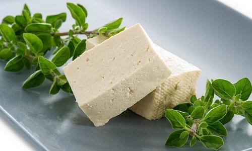 Сначала в рацион вводится диетический сыр тофу, затем - несоленые и неострые сорта твердого сыра с минимальной жирностью