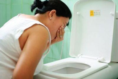 Если гастроптоз возник ввиду особенностей телосложения, отмечаются симптомы легкой тошноты, головокружения