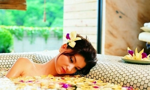 Теплая сидячая ванна с отварами целебных трав при цистите может принести временное облегчение