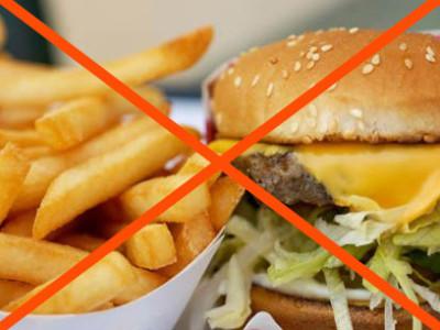 В первую очередь необходимо исключить из рациона любые копченые и острые блюда, значительно ограничить жареные продукты