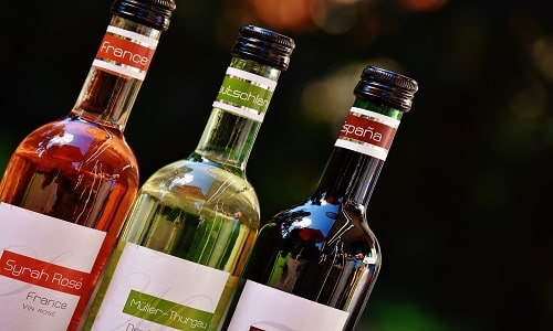 Не рекомендуется сочетать алкогольные напитки и препараты, содержащие панкреатин