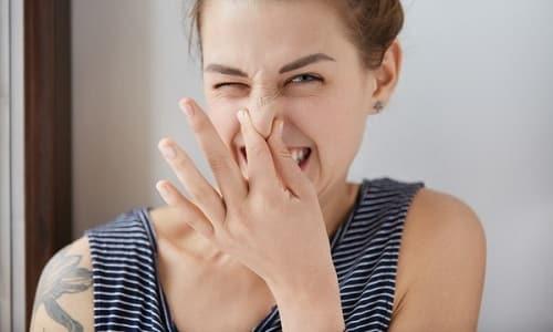 При цистите у женщины могут появиться прозрачные выделения с неприятным запахом