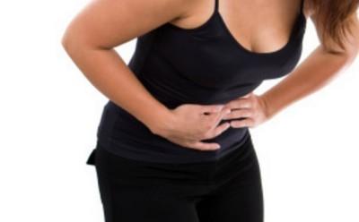 Главным тревожным сигналом выступает сильная острая боль в желудке, которая не проходит даже при приеме обезболивающих препаратов