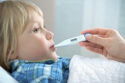 Повышение температуры тела - один из симптомов герпетического стоматита у ребенка