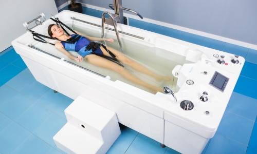 Вытяжение в воде проводят в большой ванне или бассейне при температуре 36-37°С