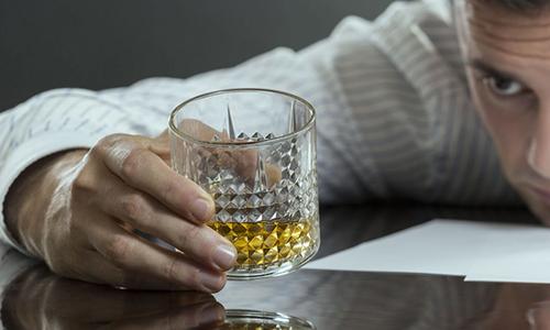 На все время лечения запрещено принимать алкогольные напитки
