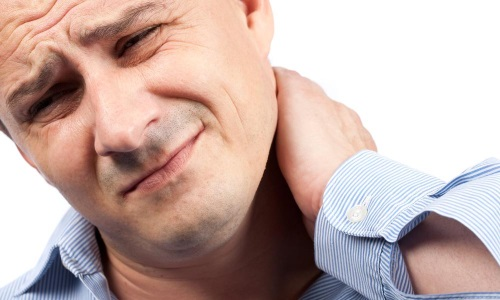 Специалисты рекомендуют не откладывать визит к вертебрологу при развитии болевых синдромов в шее и плечах
