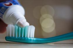 Тщательная чистка зубов - профилактика оголения корней зубов