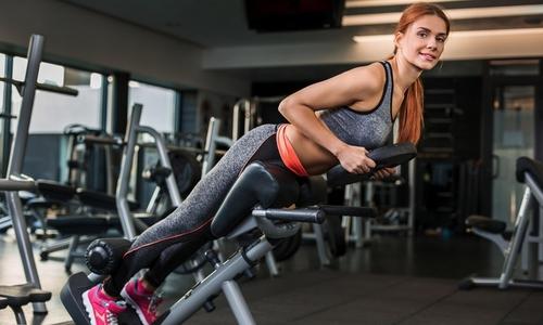 """При выполнении гиперэкстензии не следует использовать упражнение с отягощением, можно """"сорвать"""" спину"""