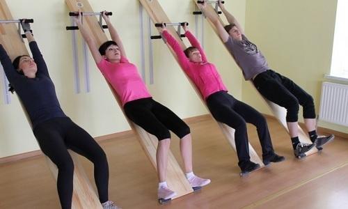 В положении на спине осуществляется синхронный подъем ног