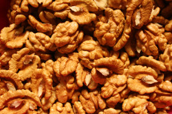 Грецкие орехи  при поносе у кормящей мамы