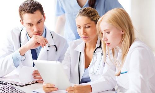 Врачебный совет определяет степень тяжести болезни и принимает решение о допустимости прохождения службы призывника с пупочной грыжей в индивидуальном порядке