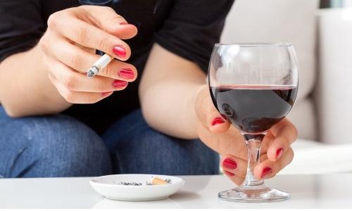 К провоцирующим факторам образования грыжи относится злоупотребление алкоголем и курение