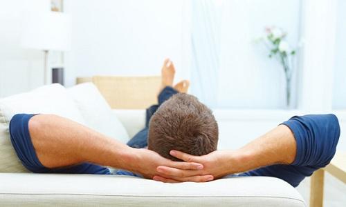 Боли становятся меньше, когда человек оказывается в лежачем положении, но при попытках подняться они вновь усиливаются