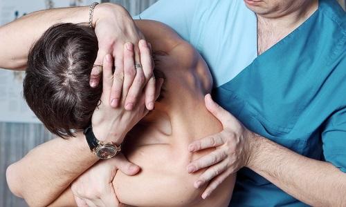 Мануальная терапия не способна полностью устранить патологию, однако сеансы массажа положительно сказываются на состоянии верхнего отдела позвоночника