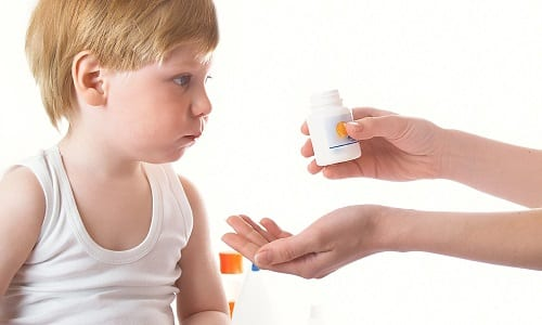 Лечение герпеса у ребенка влкючает в себя прием противовирусных средств, антибиотиков, витаминов, в результате чего активность вируса угнетается