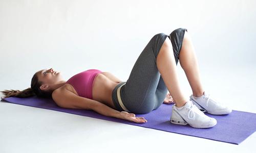 С целью предотвращения образования межпозвонковой грыжи рекомендуется комплекс упражнений, чтобы сделать одно из них нужно сначала лечь на спину, ноги согнуть в коленях