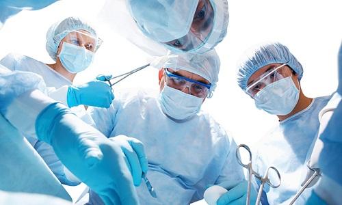 Единственным способом лечения ущемления является срочное хирургическое удаление грыжи в условиях стационара