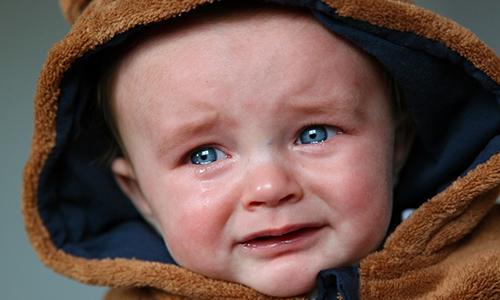 Факторы, увеличивающие риск развития патологии возникают во время состояния, при котором повышается давление в брюшной полости (надрывный плач и т.д.)