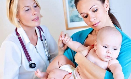 Методы народной медицины могут быть опасными для младенца, поэтому для лечения грыжи следует обратиться к специалисту
