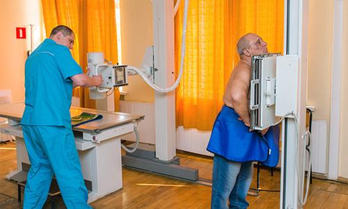 Если человек обращается к врачу с жалобами на боли в спине, то в первую очередь специалист выдает направление на рентгенографию
