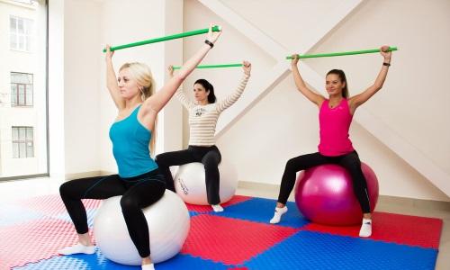 Лечебная физкультура при заболеваниях позвоночного столба дает возможность укрепить мышечный корсет и нормализовать кровообращение