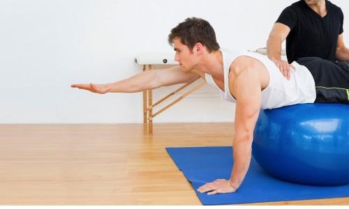 Во время острого и подострого периода возможны только щадящие упражнения, не допускающие никаких движений шеей