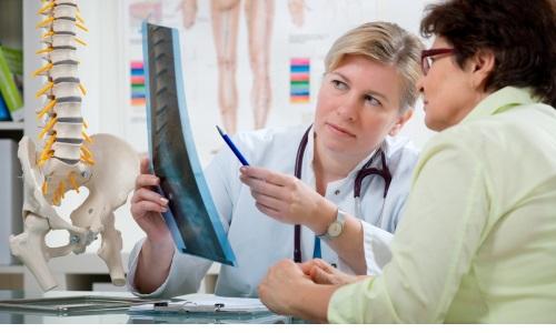 При выявлении межпозвоночной грыжи пациента направляют к врачу-вертебрологу