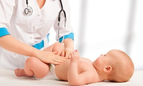 С 4 месяцев ребенку поглаживают кончиками пальцев кожные покровы в пупковой зоне