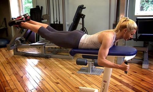 Обратная гиперэкстензия задействует не только прямые мышцы - разгибатели спины, но и большие ягодичные, прямые и косые живота