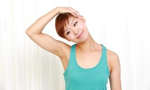 Врач может порекомендовать при шейной грыже лечебные упражнения, которые укрепляют мышцы